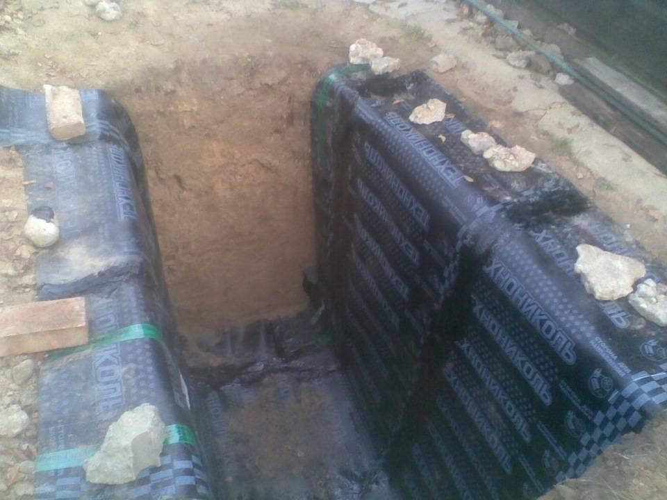 От дождевой и грунтовой воды спасет гидроизоляция гаража: чем обработать стены изнутри и снаружи