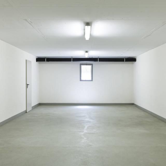 Как и чем покрасить стены в гараже