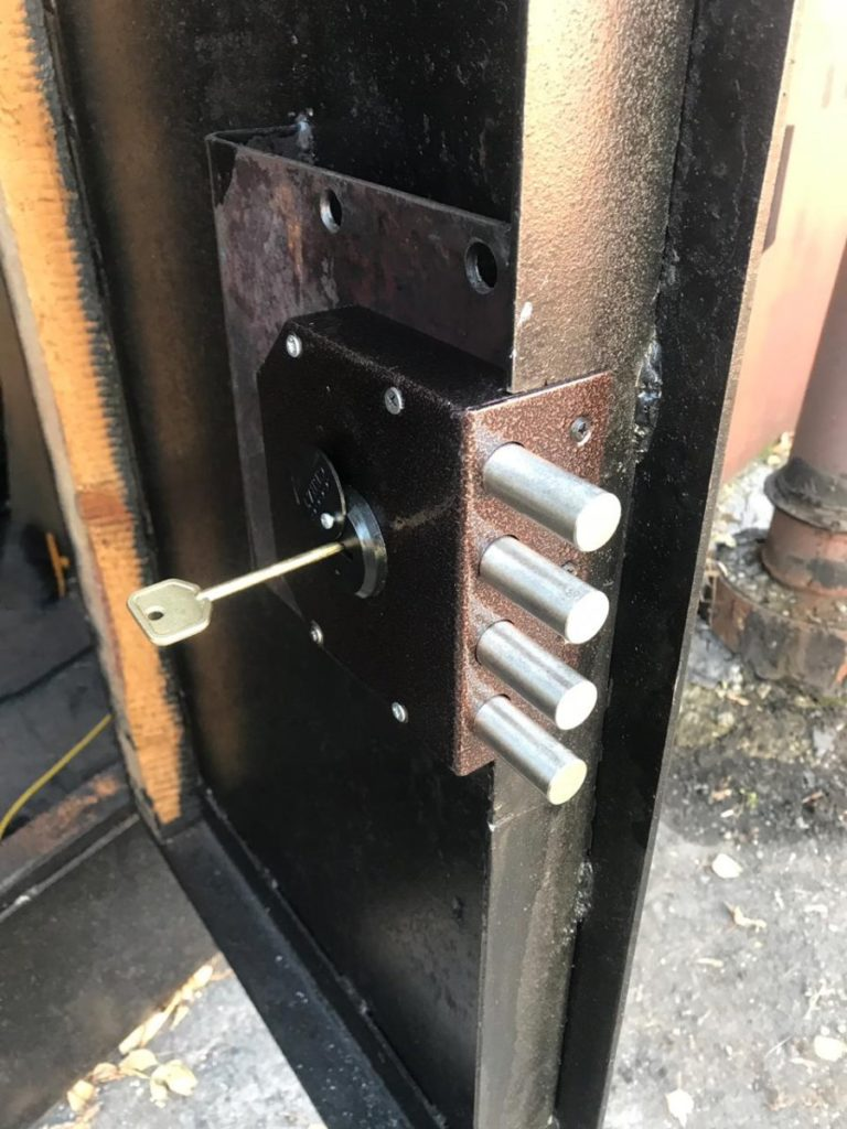Установка гаражных ворот: монтаж универсальный и крепление своими руками