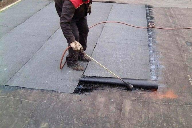 Покрытие крыши гаража рубероидом: как правильно покрыть и поднять, видео