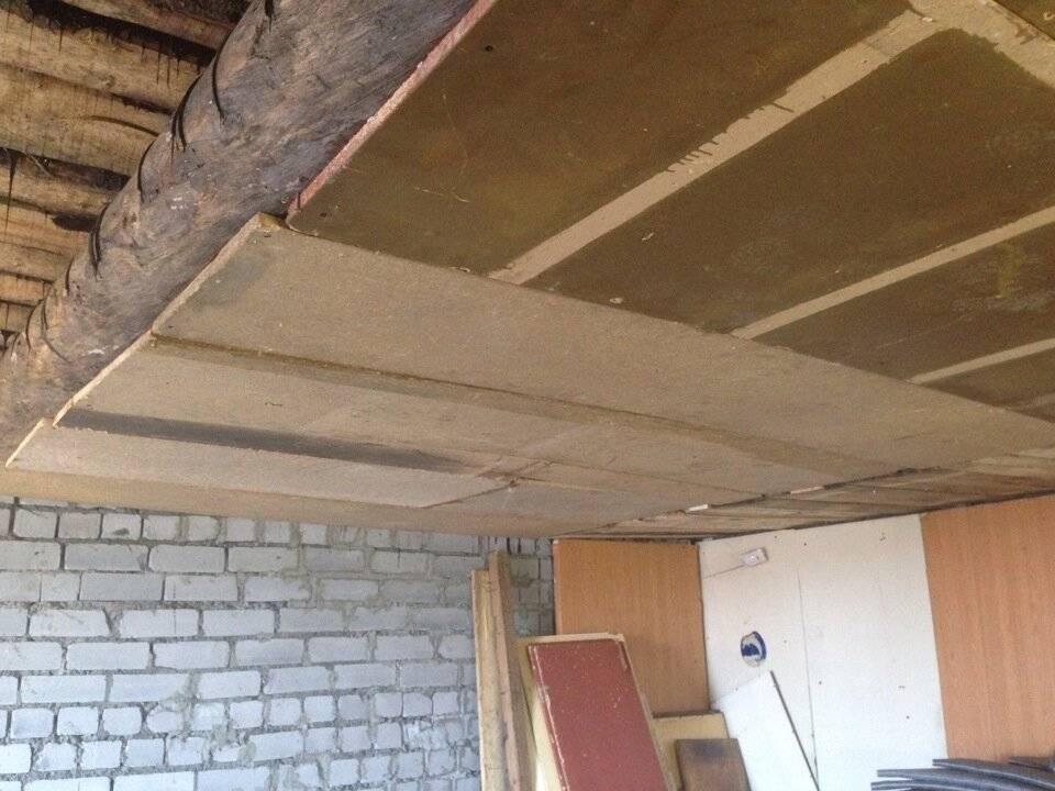 Как правильно утеплить потолок, монтаж утеплителя на потолок под холодной крышей
