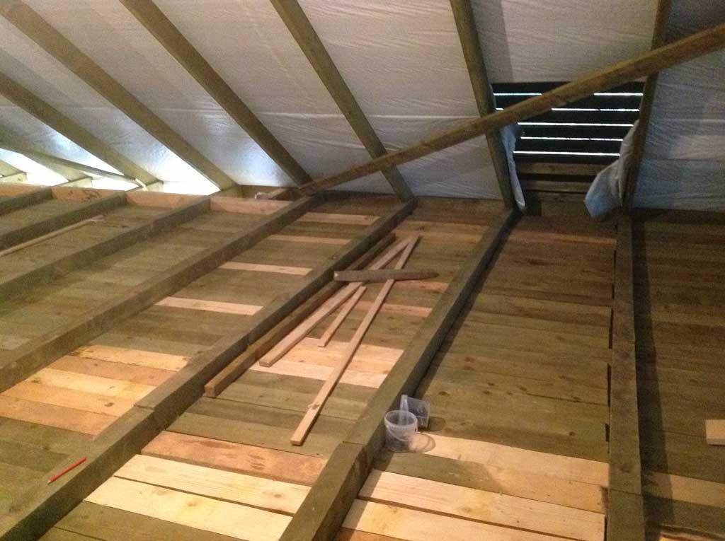 Чем лучше утеплить потолок частного дома: лучшие варианты + монтаж!