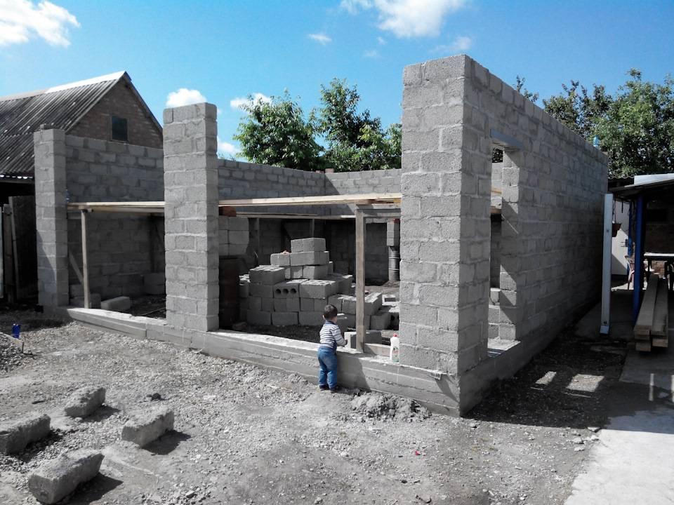 Гараж из шлакоблоков своими руками: расчет, как построить дешево и быстро, как расчитать сколько нужно блоков (количество), строительство шлакозаливной постройки