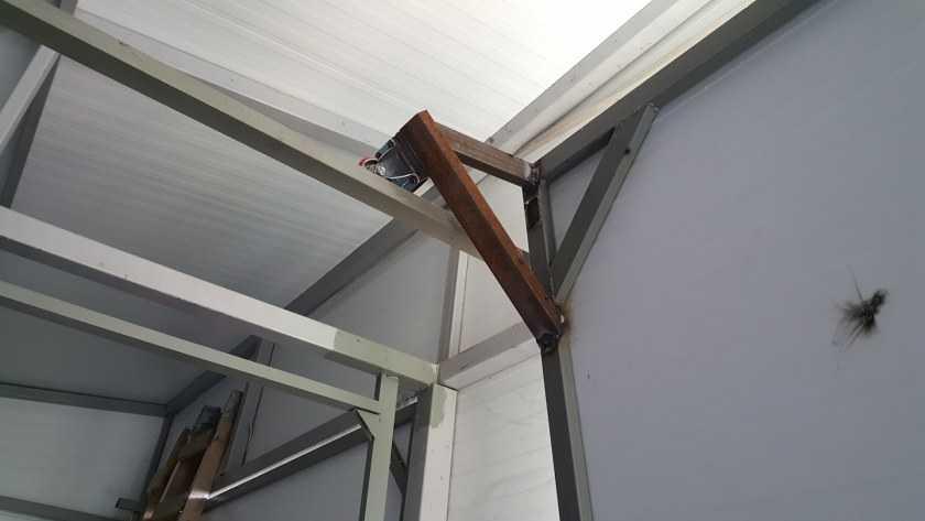 Как установить подъемные гаражные ворота своими руками