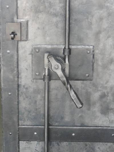 Шпингалет на гаражные ворота своими руками