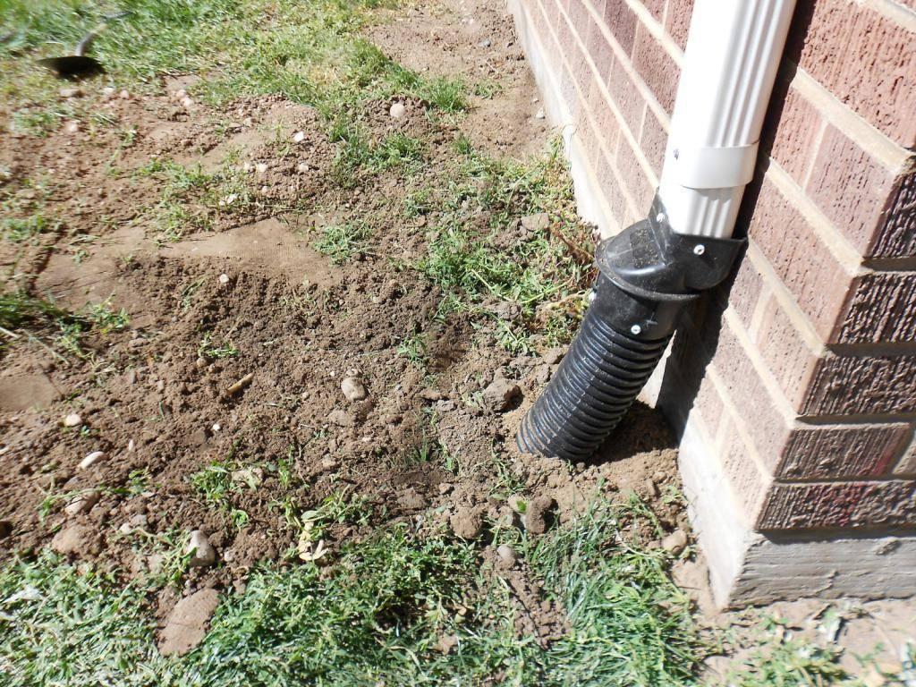 Надежные способы отвода воды от фундамента дома
